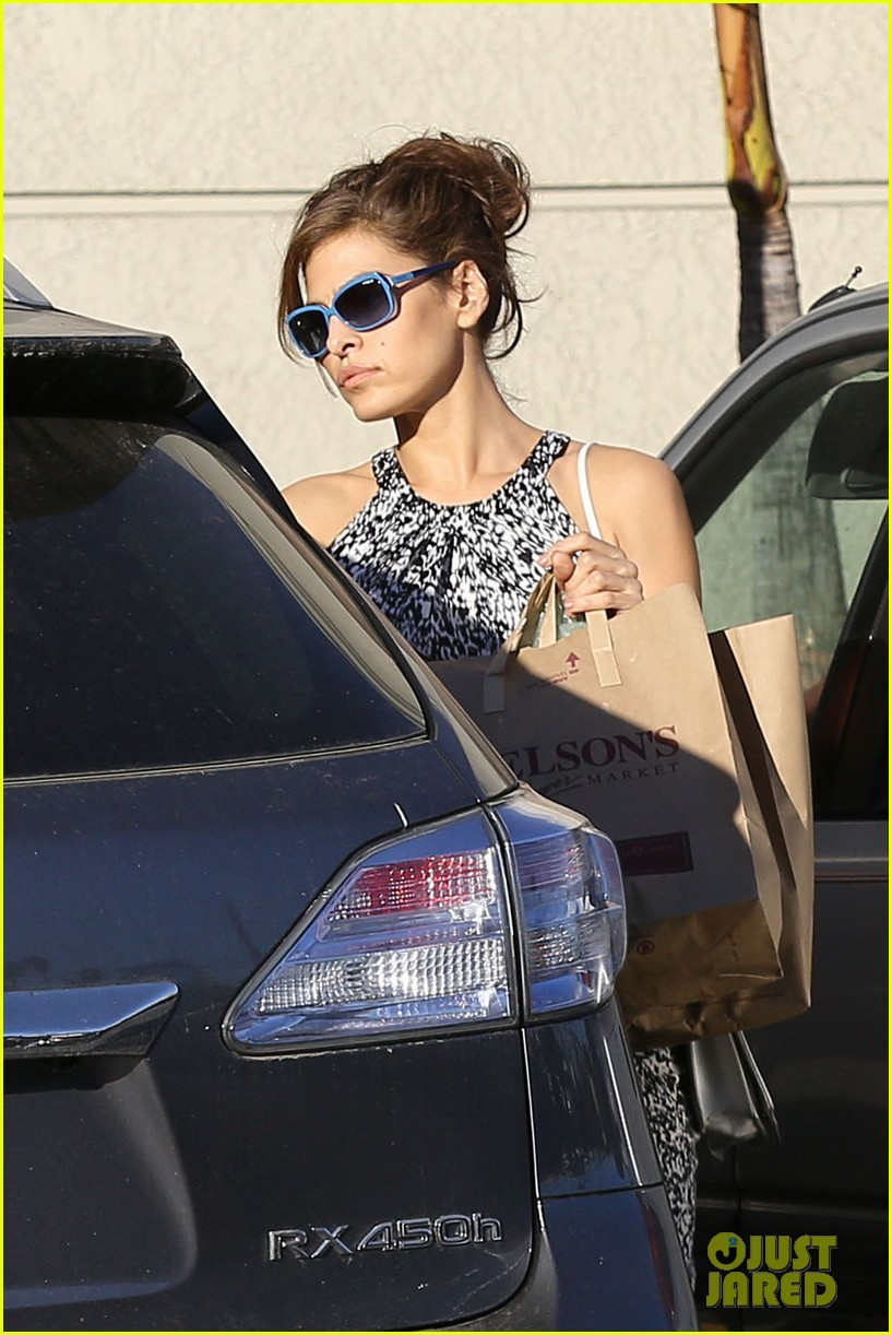 eva mendes buys cartfull of groceries at gelsons 02