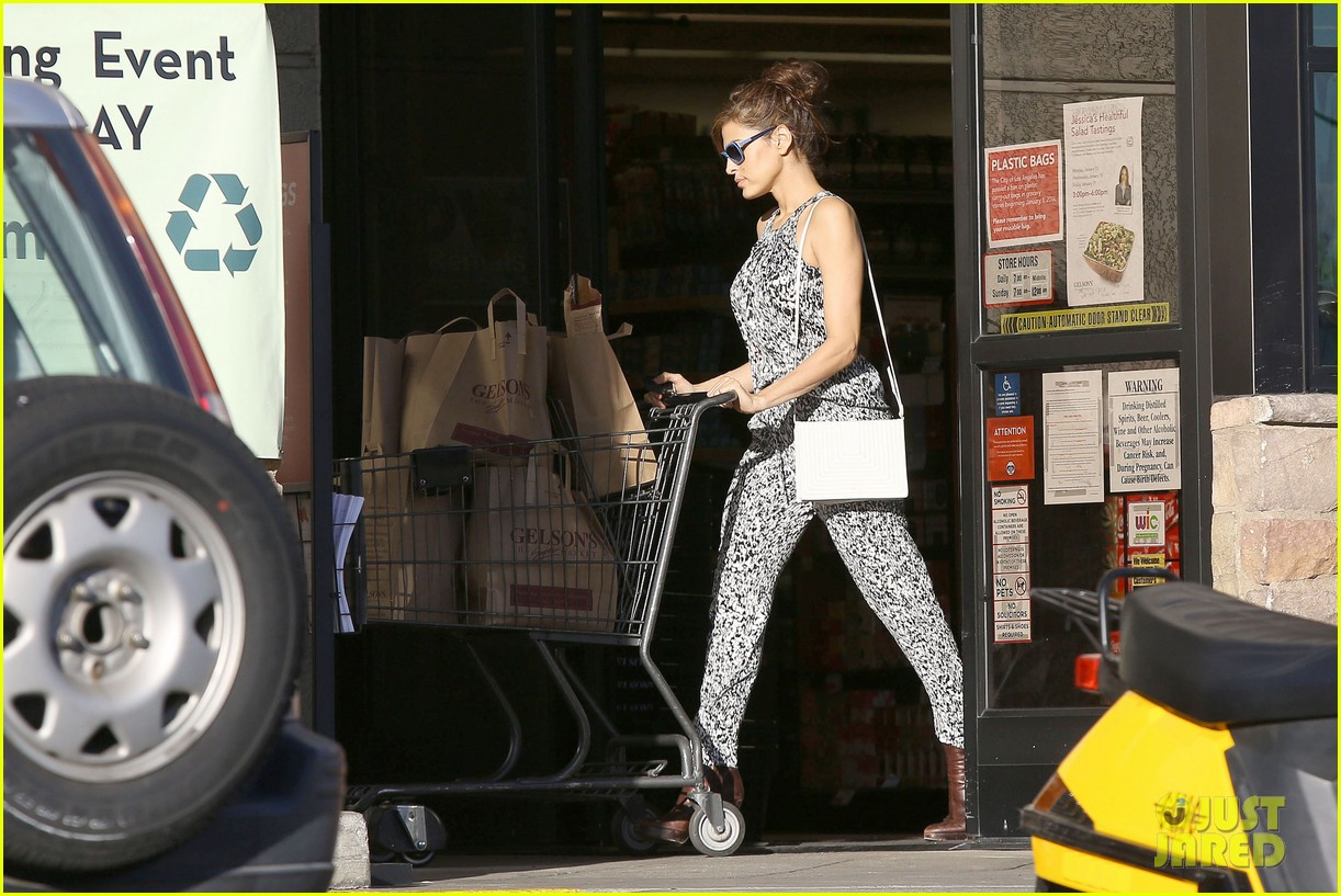 eva mendes buys cartfull of groceries at gelsons 05