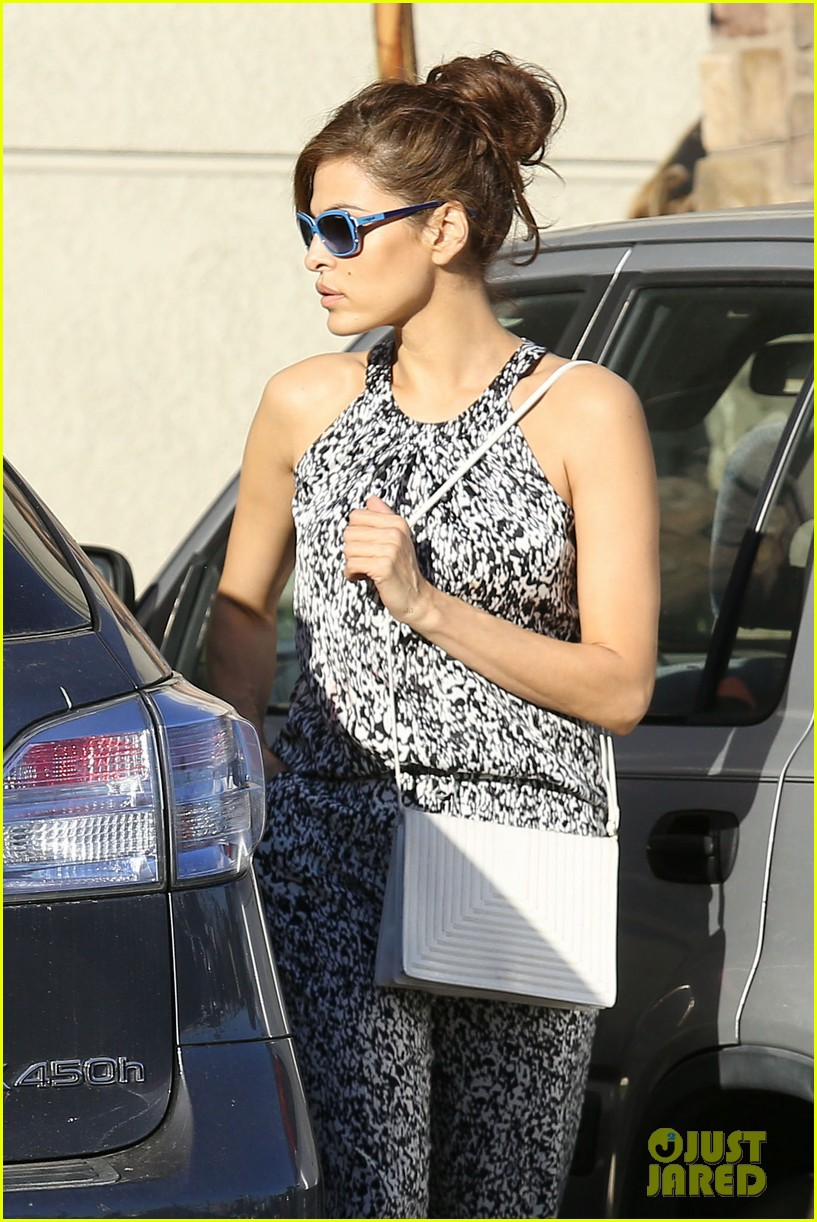 eva mendes buys cartfull of groceries at gelsons 113023453