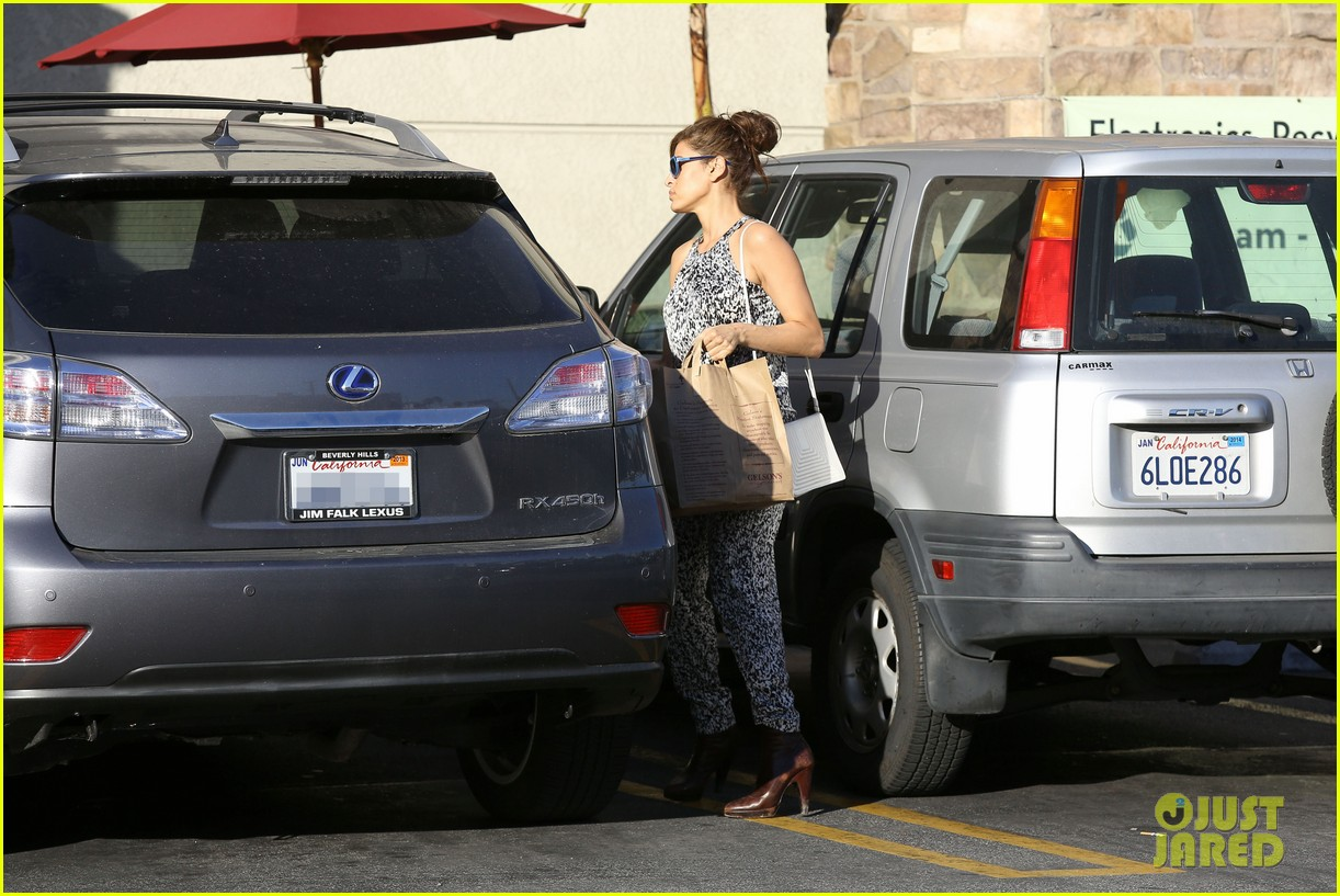 eva mendes buys cartfull of groceries at gelsons 22