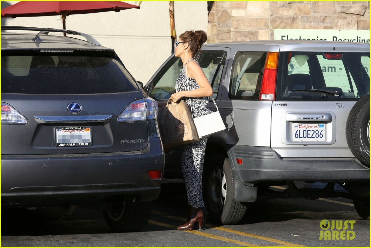 eva mendes buys cartfull of groceries at gelsons 25