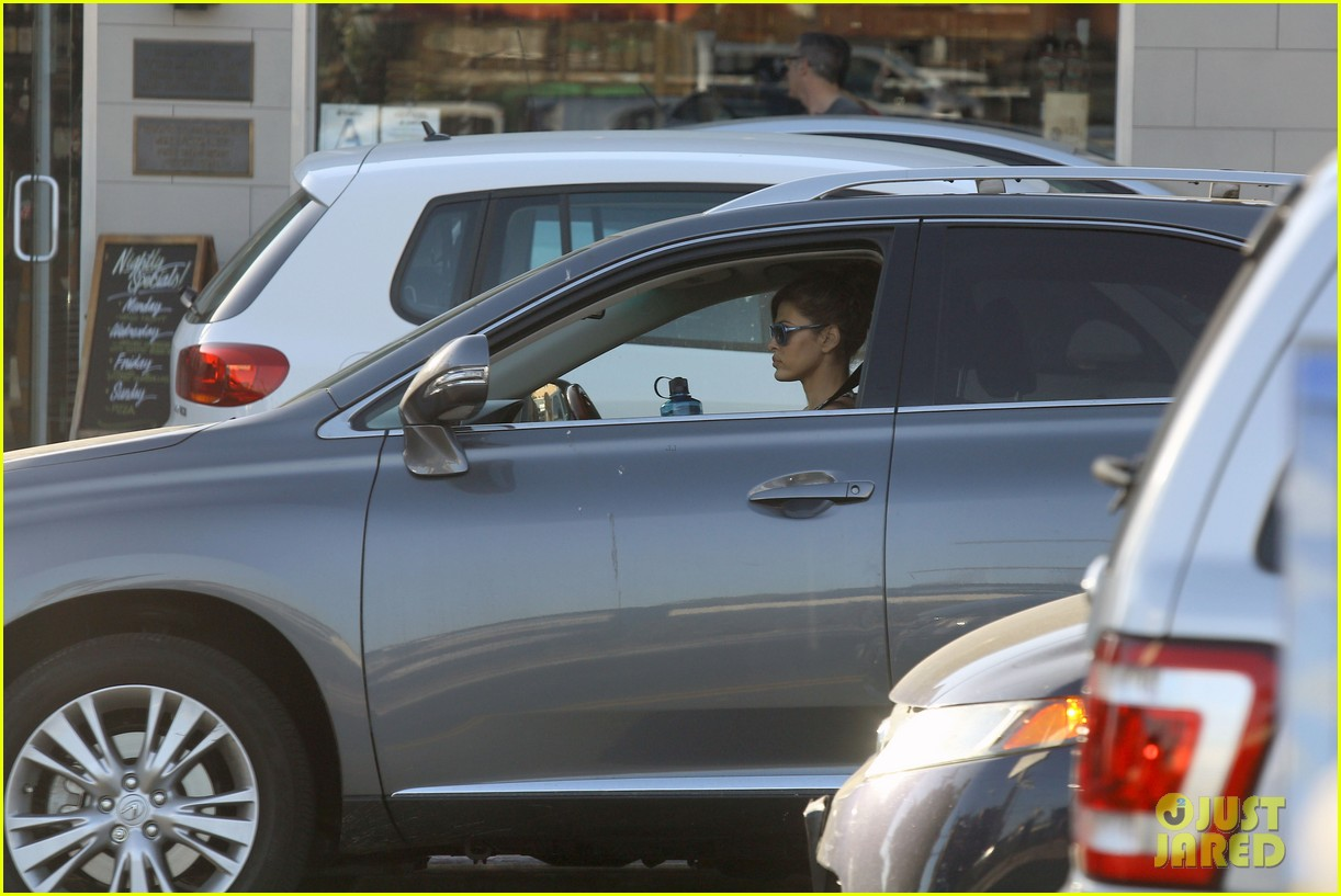 eva mendes buys cartfull of groceries at gelsons 26