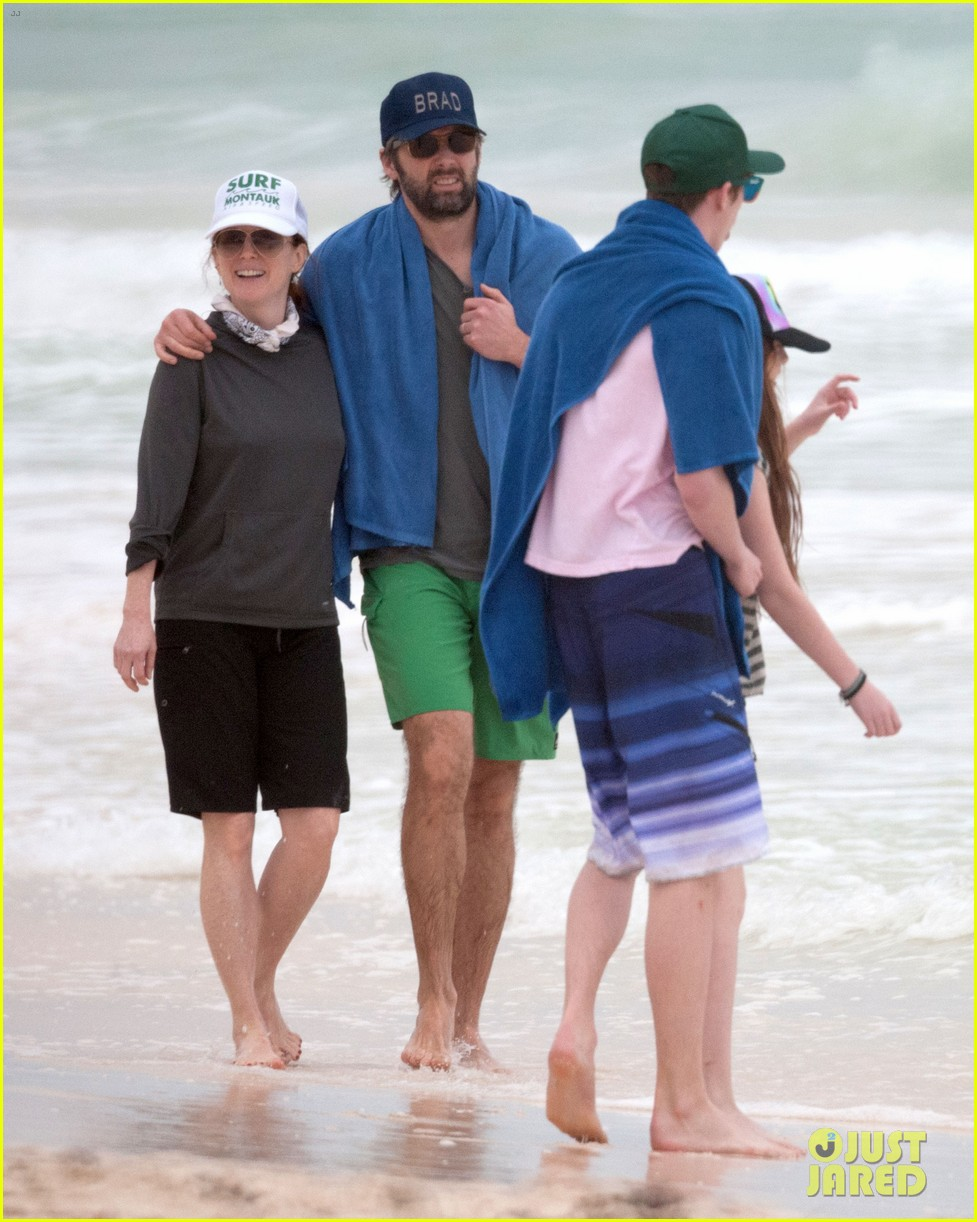 julianne moore family beach day in mexico 16