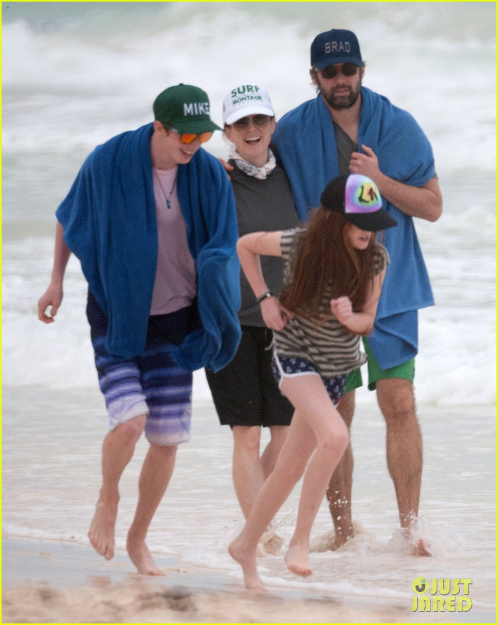 julianne moore family beach day in mexico 17