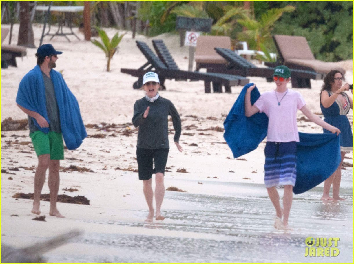 julianne moore family beach day in mexico 19