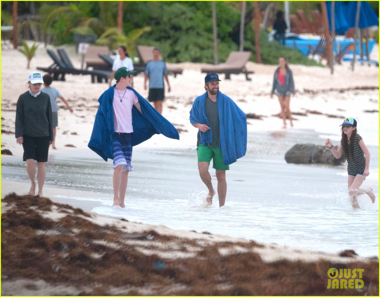 julianne moore family beach day in mexico 25