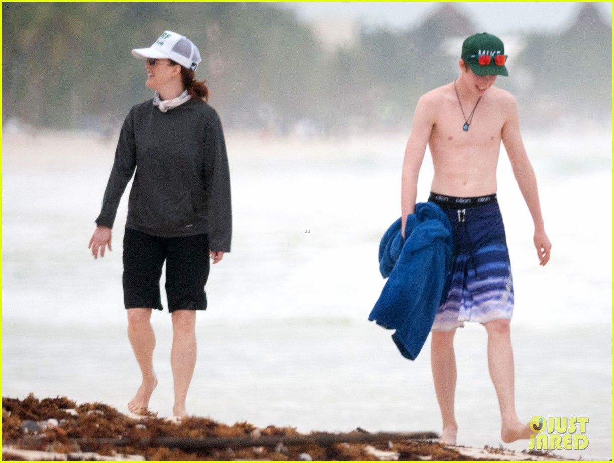 julianne moore family beach day in mexico 283023850