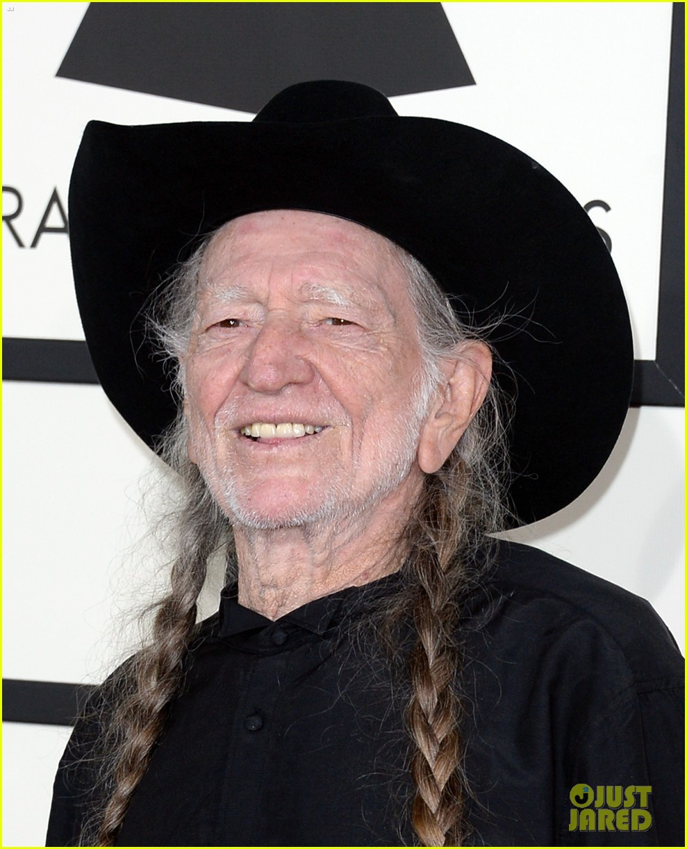 neil young willie nelson grammys 2014 red carpet 05