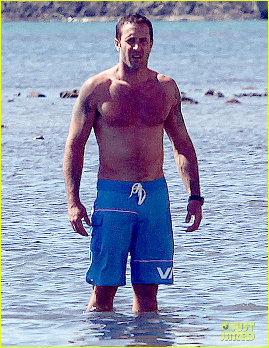 alex oloughlin bares hot shirtless bod on hawaii five 0 set 03