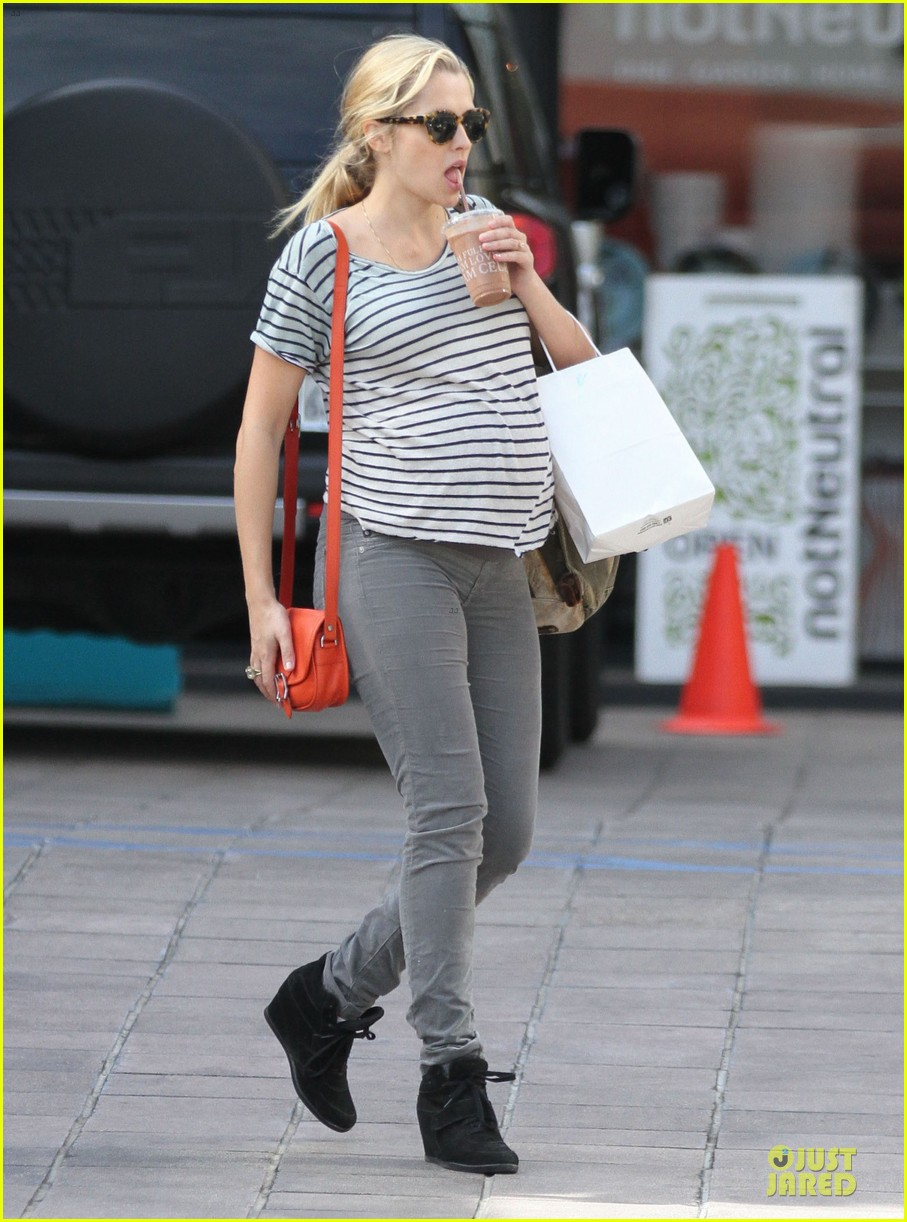 teresa palmer baby bumpin stripes for cafe gratitude lunch 14