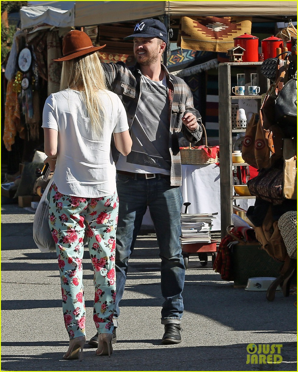aaron paul wife lauren kiss cuddle at the flea market 013023796