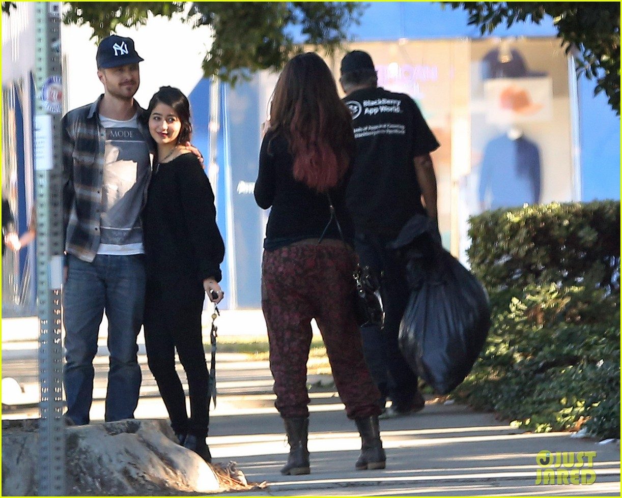 aaron paul wife lauren kiss cuddle at the flea market 07