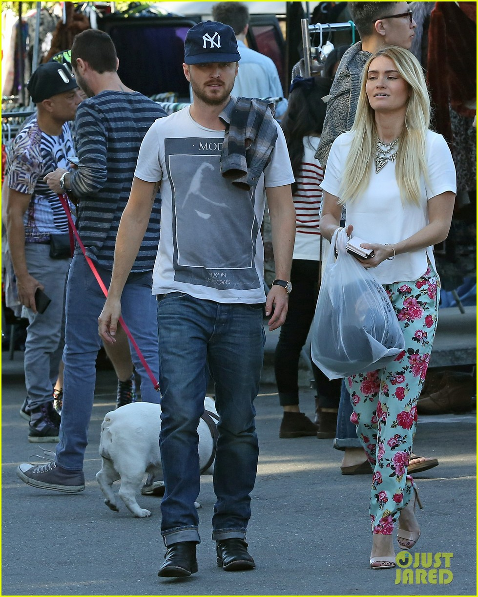 aaron paul wife lauren kiss cuddle at the flea market 20