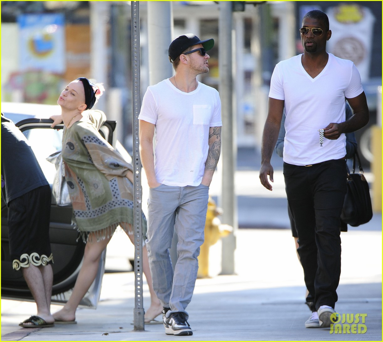ryan phillippe hilariously photobombed by random woman on sidewalk 02