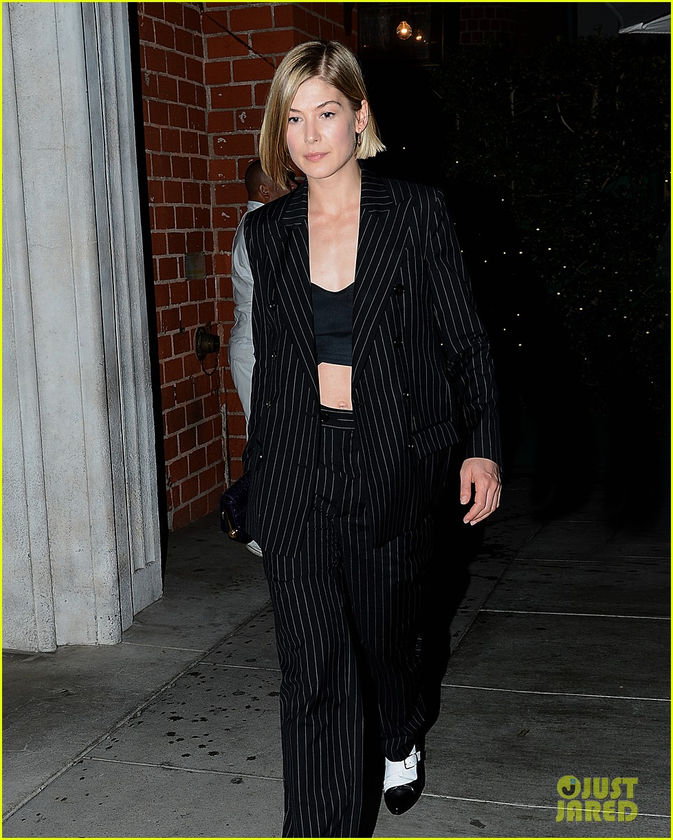 gone girls rosamund pike made pancakes with ben affleck 013028252