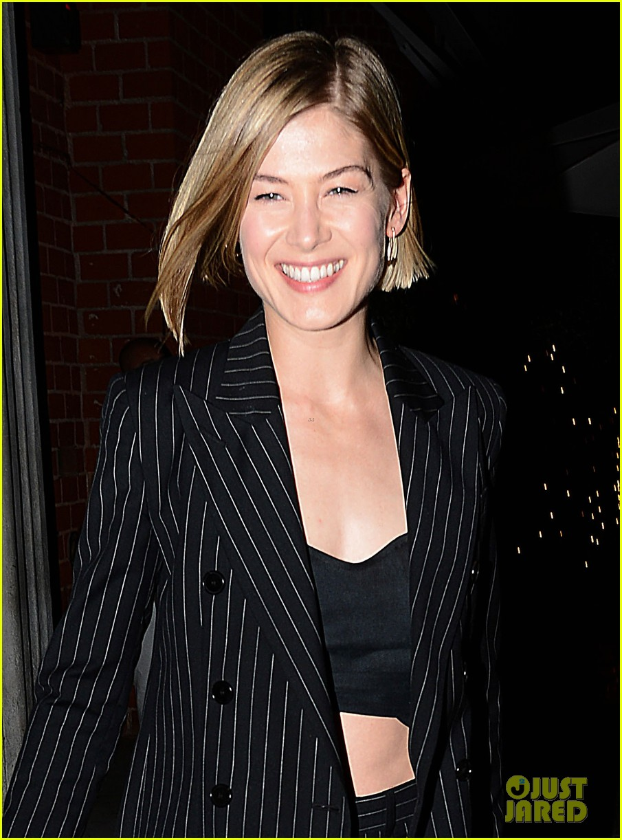 gone girls rosamund pike made pancakes with ben affleck 02