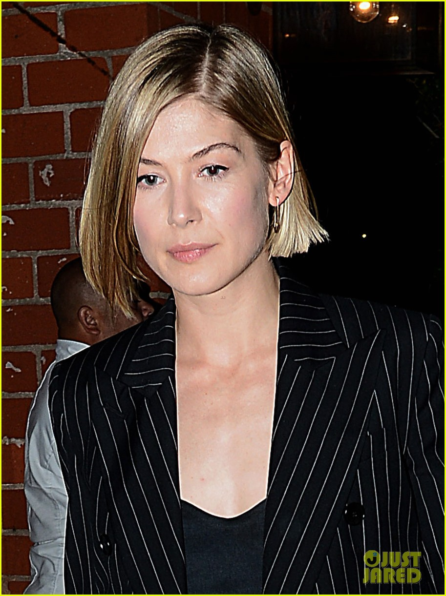gone girls rosamund pike made pancakes with ben affleck 03