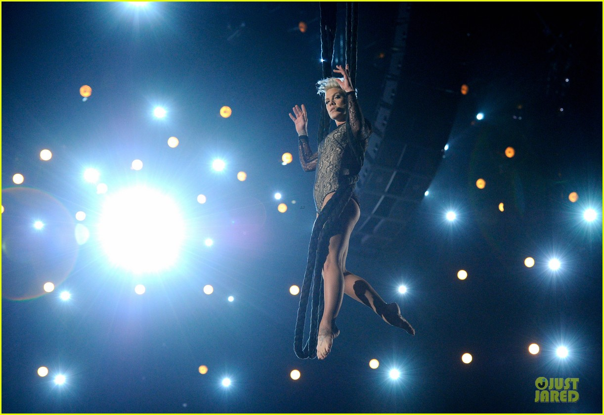 pink nate ruess performs give me a reason at grammys 2014 video 08