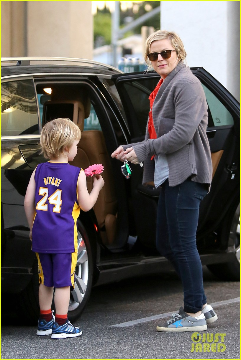 amy poehler abel holds flower for his mom 02