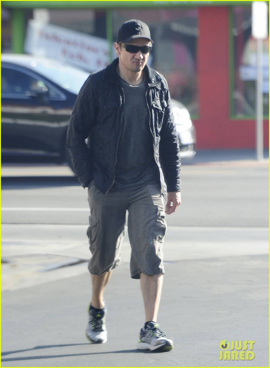 jeremy renner stays incognito in sunglasses for solo lunch 013044284