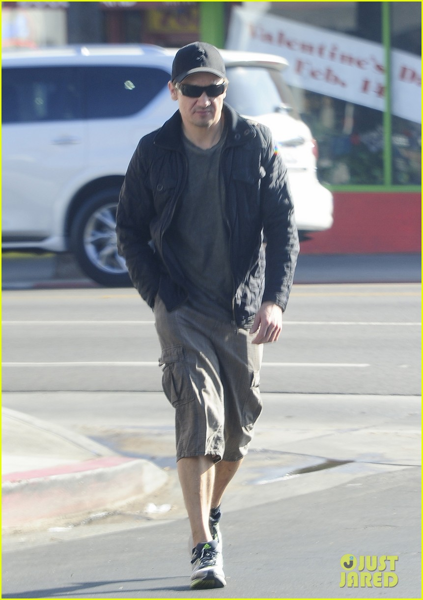 jeremy renner stays incognito in sunglasses for solo lunch 06