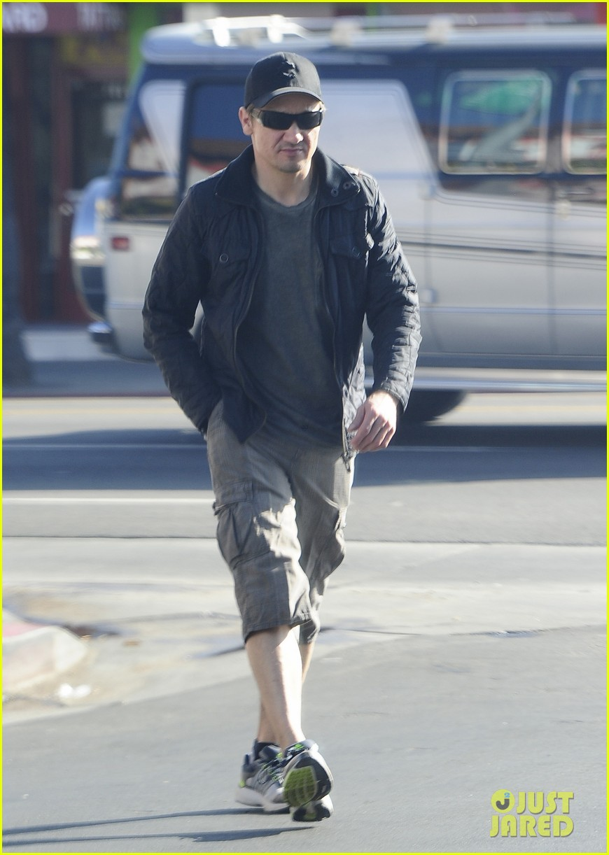 jeremy renner stays incognito in sunglasses for solo lunch 08
