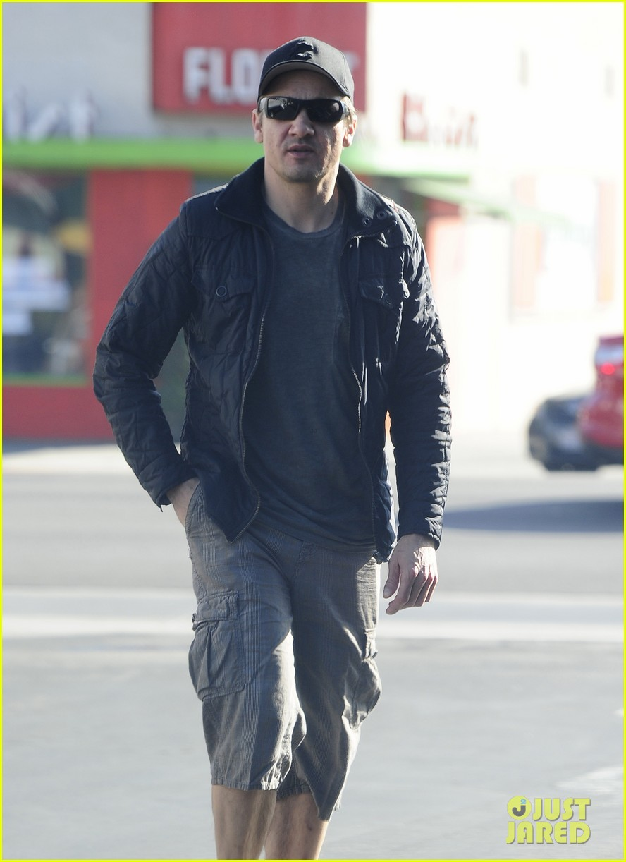 jeremy renner stays incognito in sunglasses for solo lunch 15
