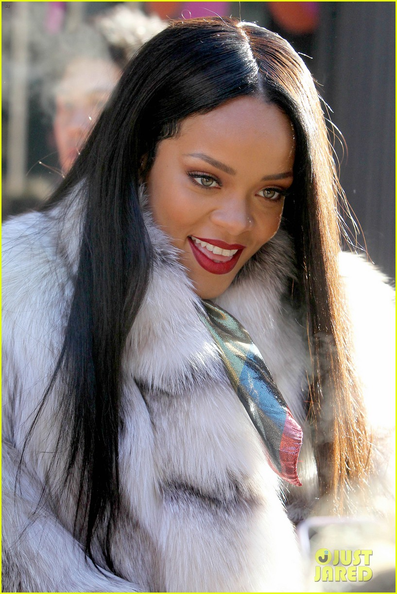 rihanna launches her viva glam cosmetics line in nyc 08
