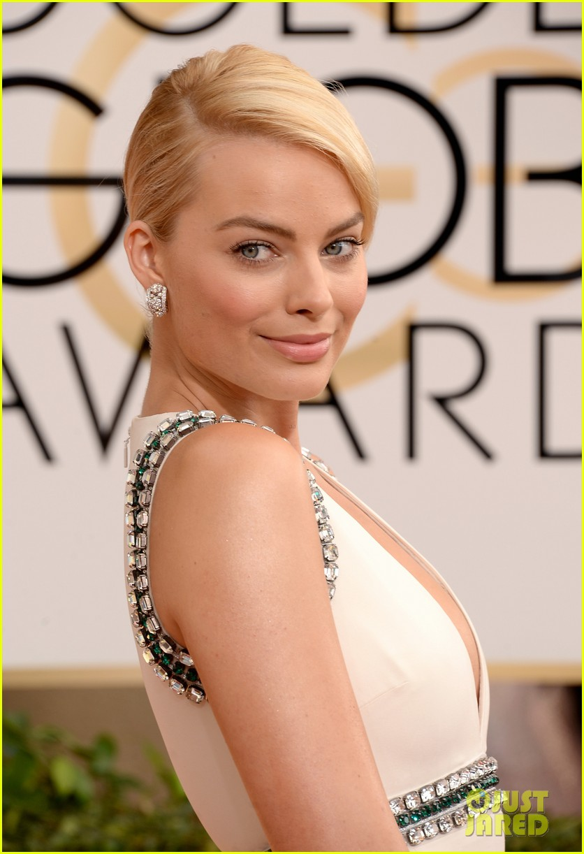 margot robbie golden globes 2014 red carpet 01