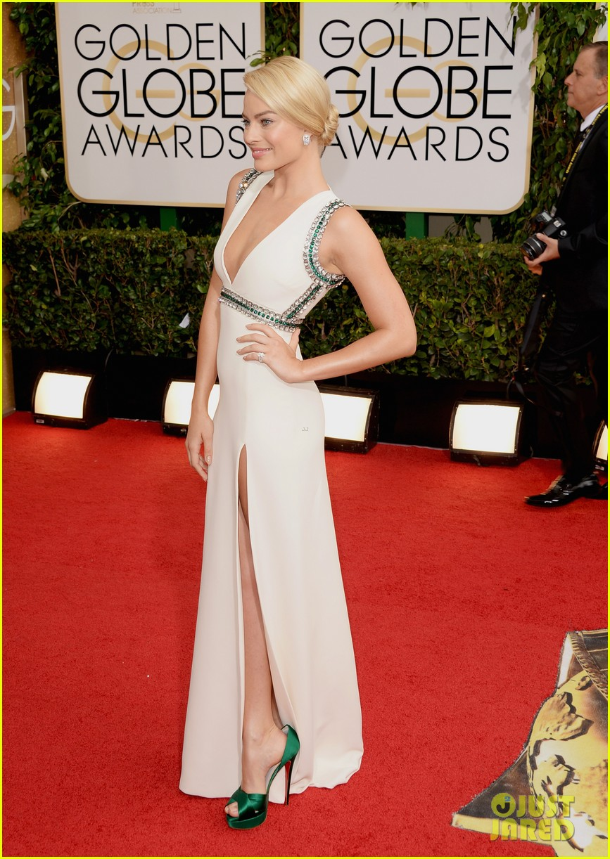 margot robbie golden globes 2014 red carpet 03