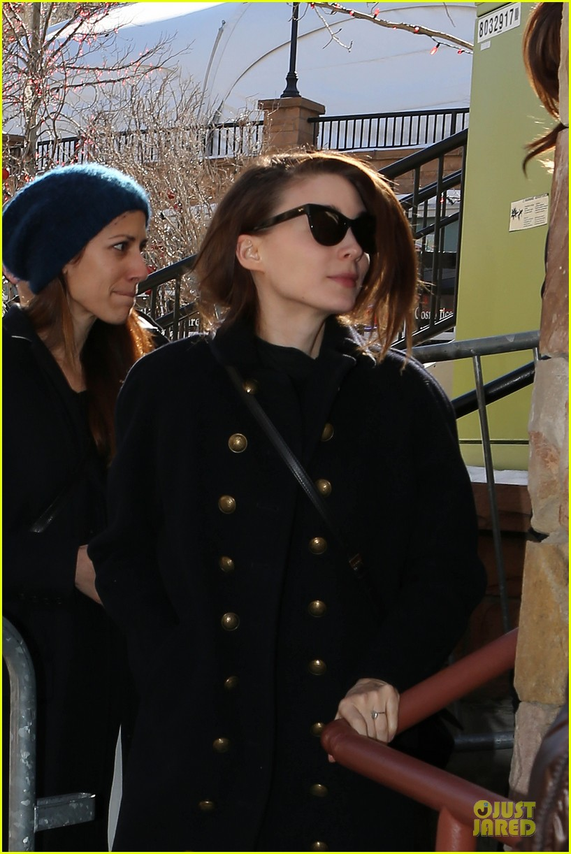 anne hathaway photobombs rooney mara at sundance 04