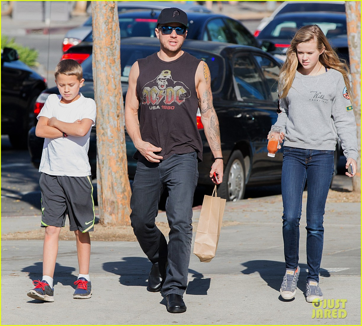 ryan phillippe juice bar stop with ava deacon 023040631