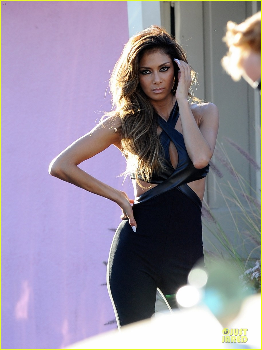 nicole scherzinger bares midriff for sexy sunland photo shoot 02