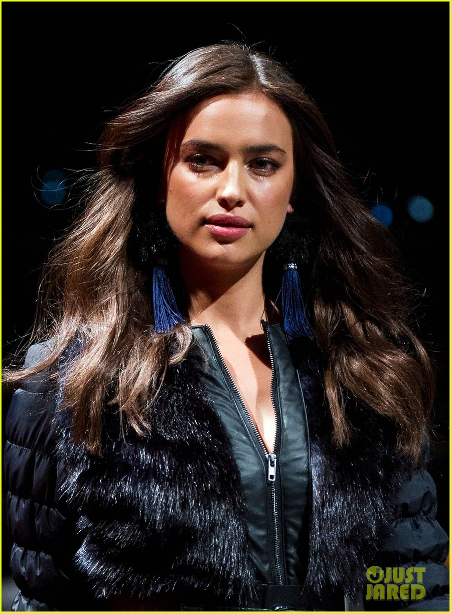 irina shayk works the runway for desigual 08