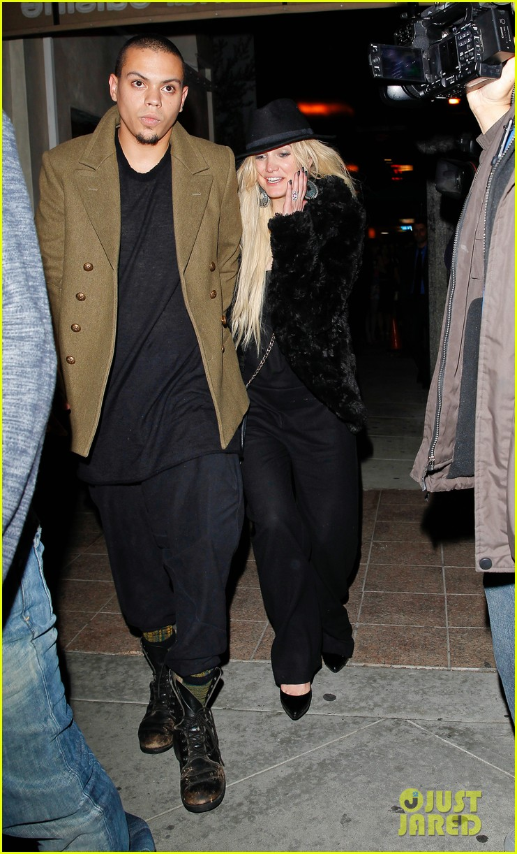 ashlee simpson evan ross dine party on saturday 103035724