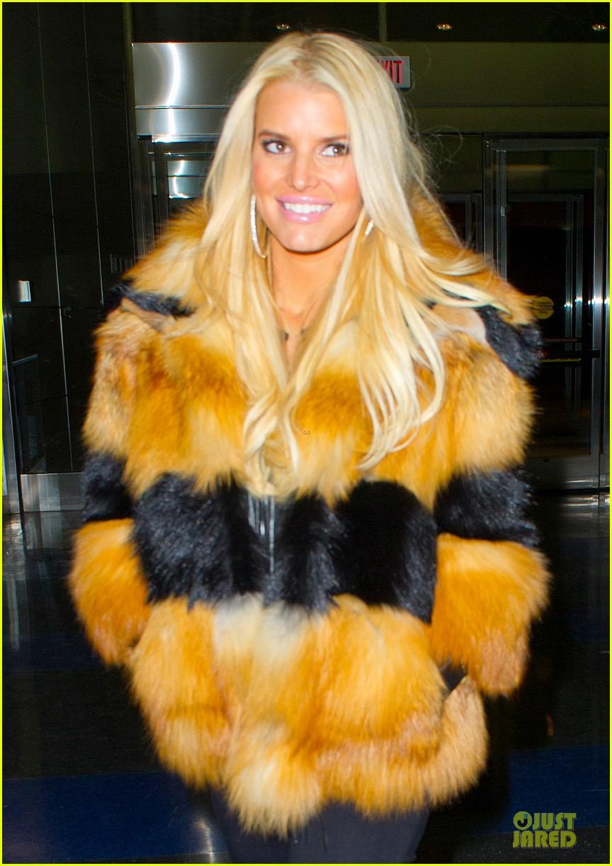 jessica simpson sports fur coat for jfk departure 023024926