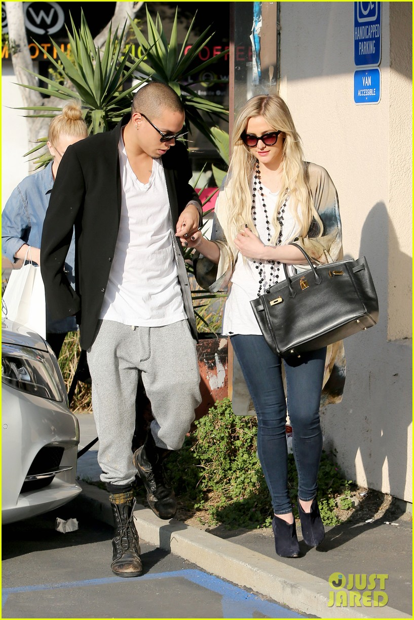 ashlee simpson evan ross spend wednesday shopping 01