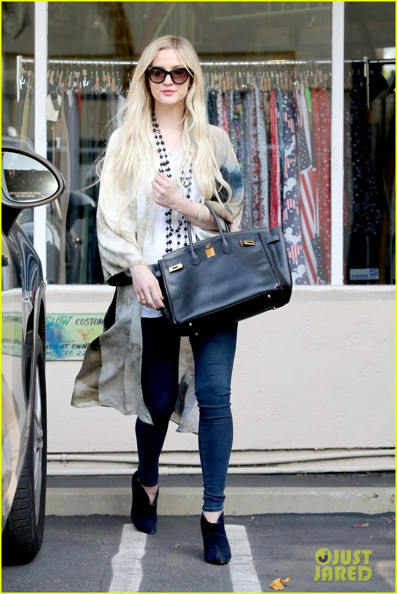 ashlee simpson evan ross spend wednesday shopping 03