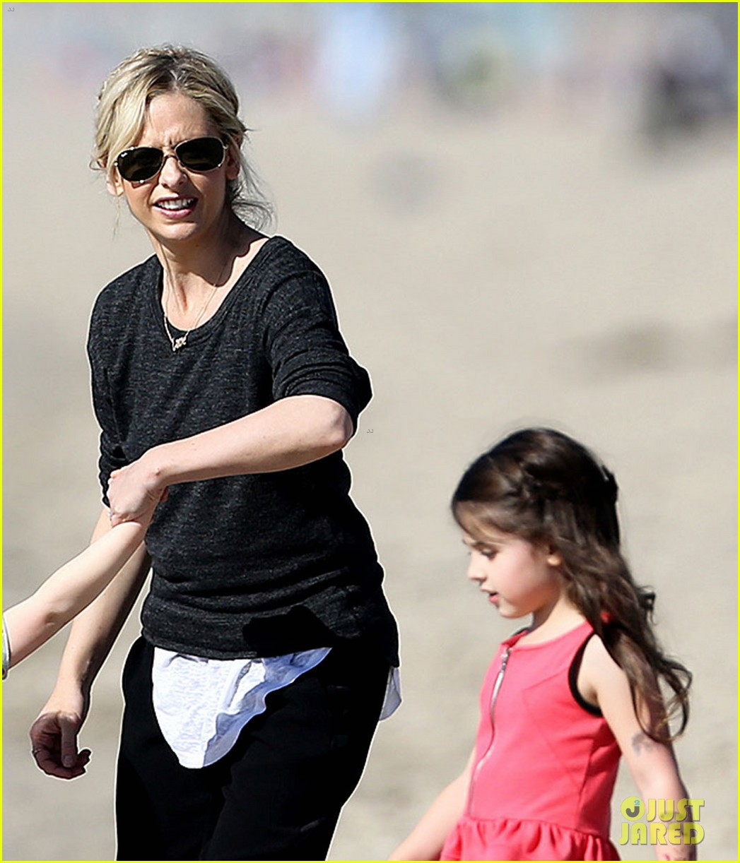 sarah michelle gellar beachside party with freddie prinze jr 01