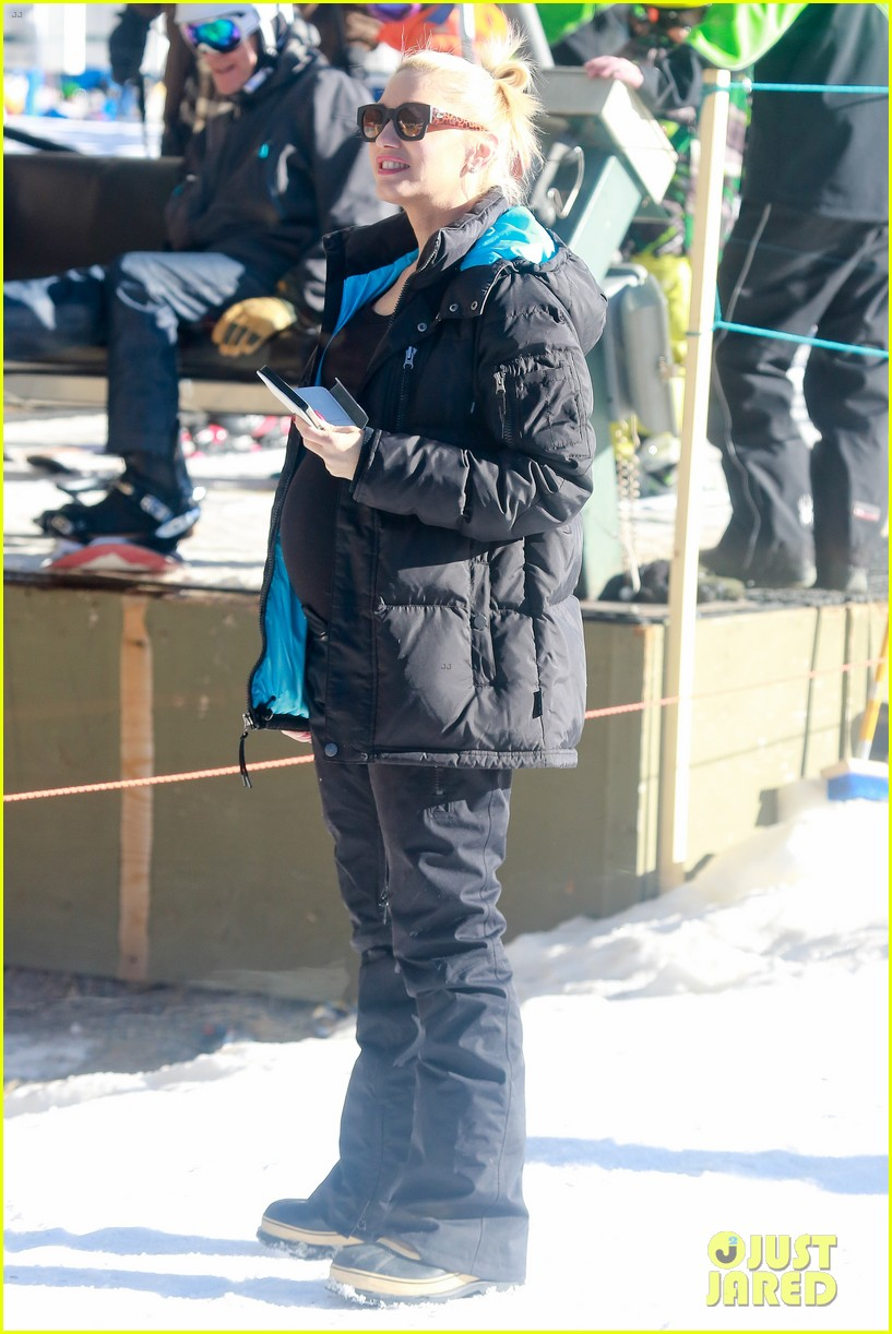 gwen stefani cheers on her boys while they go skiing 07