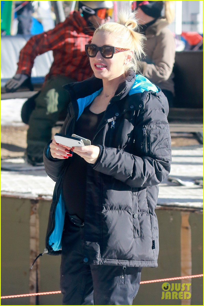 gwen stefani cheers on her boys while they go skiing 20