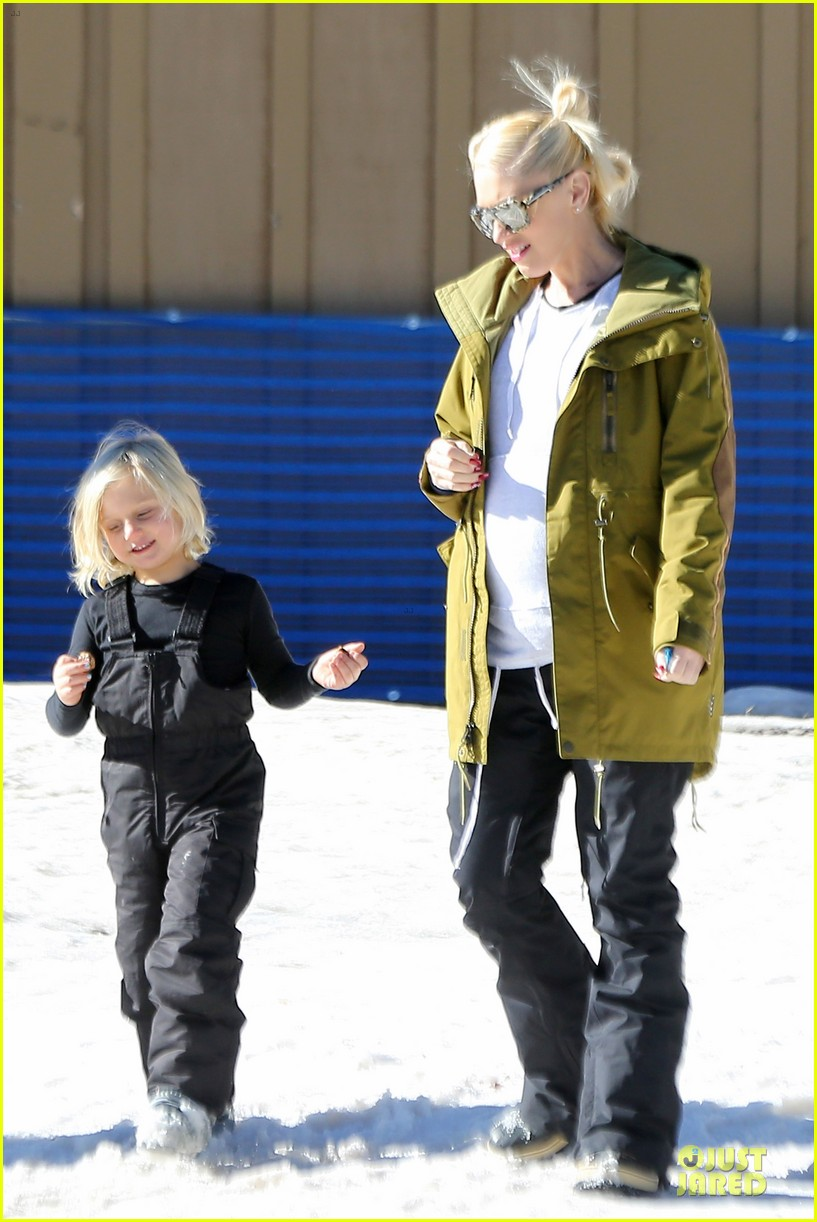 gwen stefani continues snowy mammoth vacation 073022275