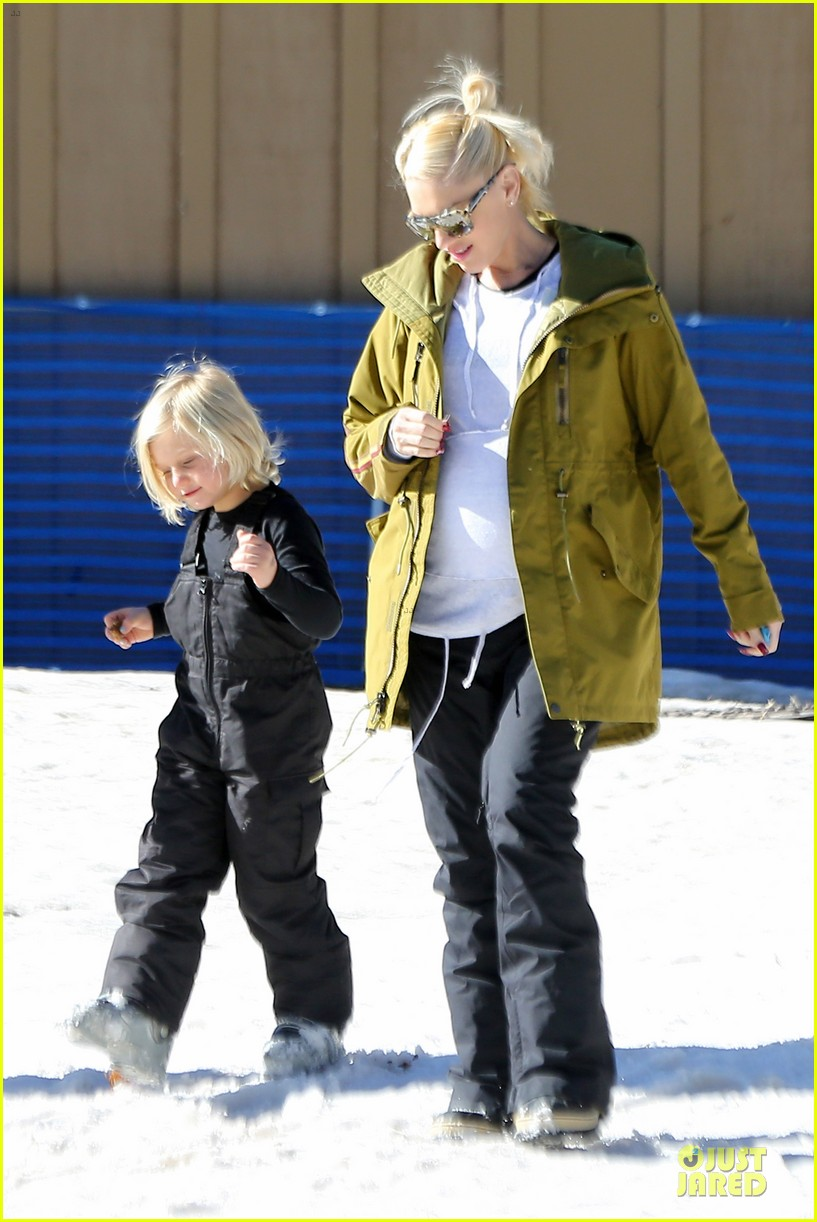 gwen stefani continues snowy mammoth vacation 123022280