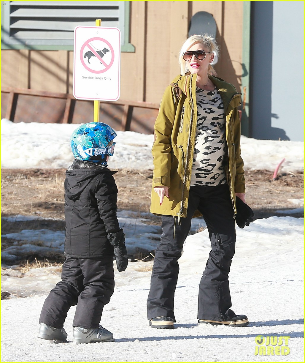 gwen stefani new years day with the family in mammoth 01