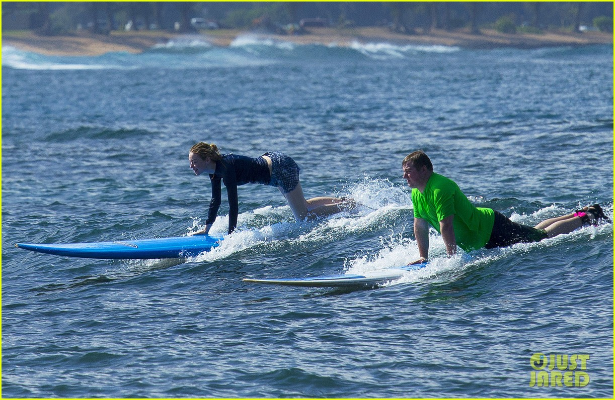 emma stone andrew garfield surf in hawaii 34