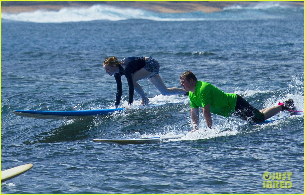 emma stone andrew garfield surf in hawaii 35