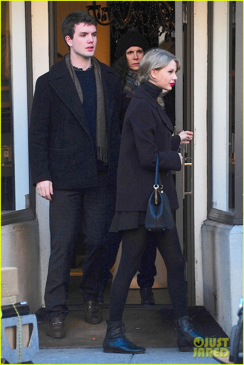 taylor swift brother austin go shopping in new york city 02