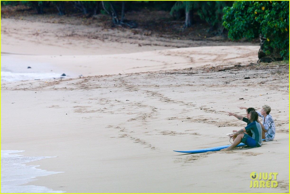 charlize theron sean penn relax on the beach in hawaii 103021735