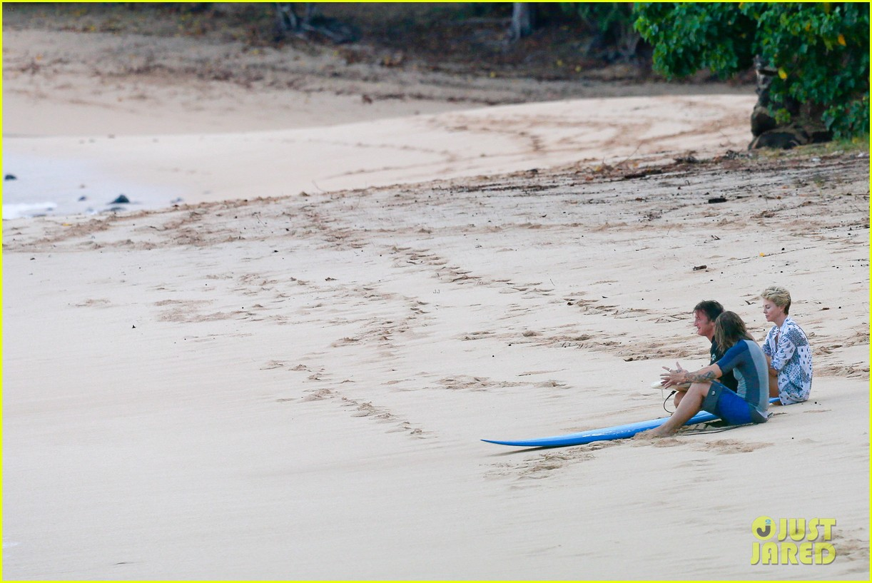 charlize theron sean penn relax on the beach in hawaii 113021736