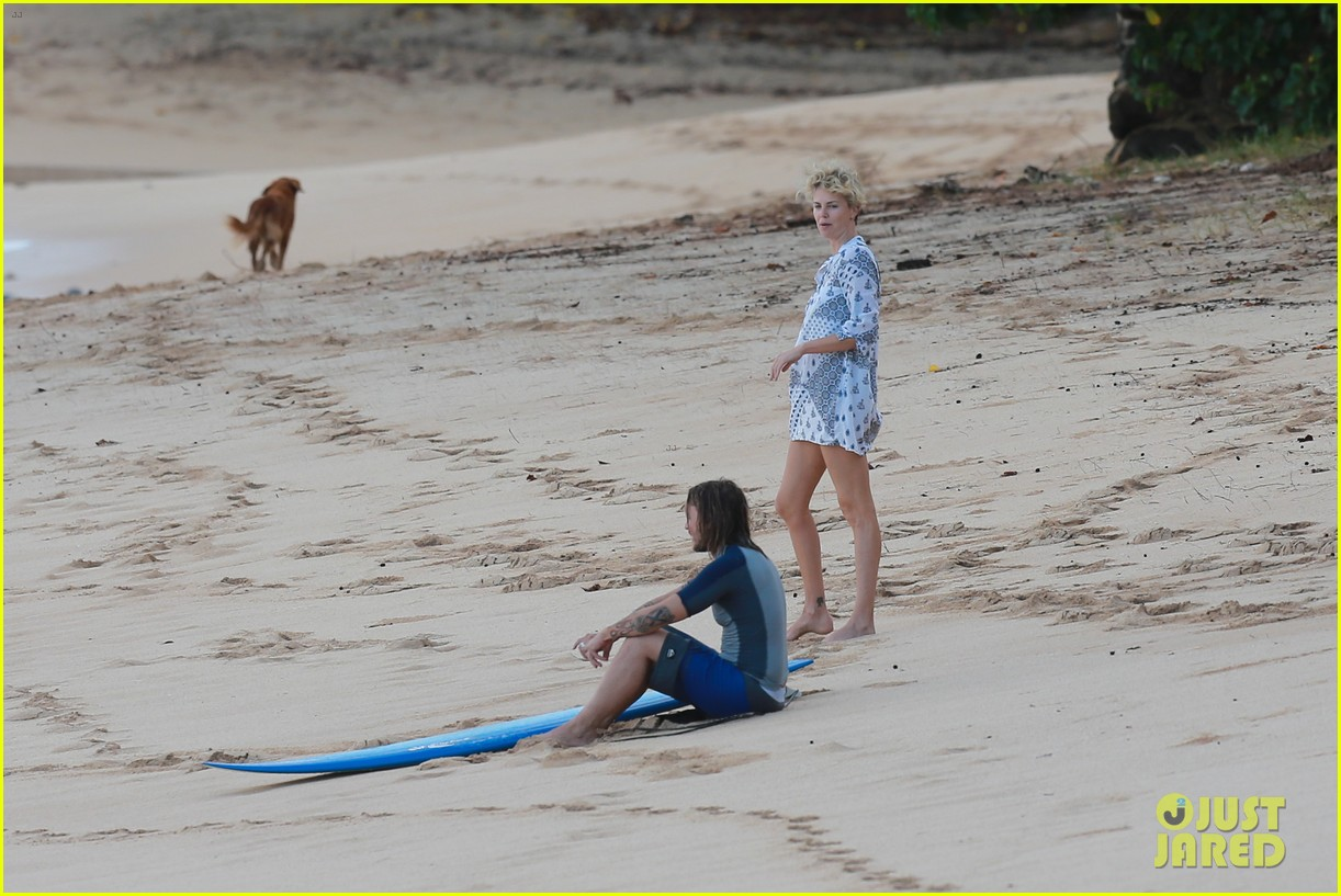 charlize theron sean penn relax on the beach in hawaii 13